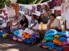 Γυναίκες από τα γειτονικά χωριά απλώνουν την πραμάτεια τους προς πώληση στην κεντρική πλατεία